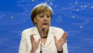 Kanclerz Niemiec Angela Merkel podczas konferencji prasowej w siedzibie Rady Europejskiej w Brukseli, w tle mapa Unii Europejskiej