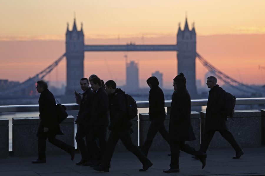Przechodnie na London Bridge, w tle Tower Bridge, Londyn, 30.11.2012