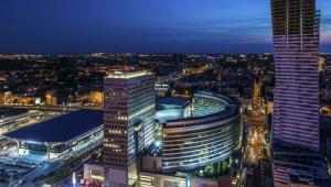 Warszawa nocą. Po lewej dworzec Warszawa Centralna, następnie centrum handlowe Złote Tarasy oraz wieżowiec Złota 44 projektu Daniela Libeskinda (w budowie).