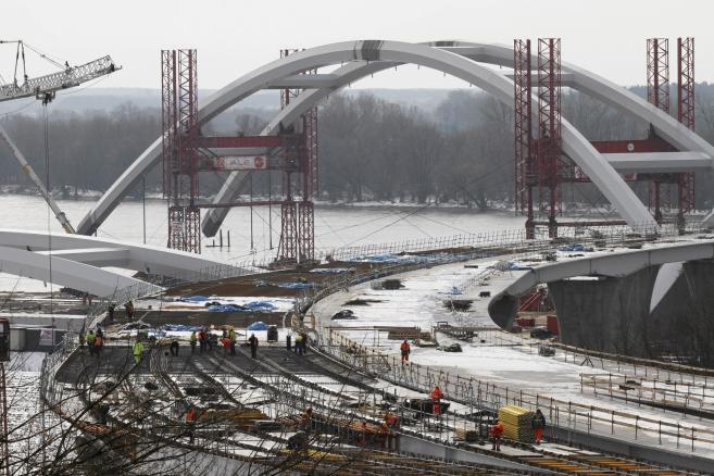 Budowa mostu drogowego przez Wisle . Transport luku mostu na srodek rzeki (4)