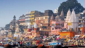 """""""Język hindi wchodzi w skład rodziny języków indoeuropejskich, a konkretnie grupy indoaryjskiej. Różnymi jego odmianami i dialektami posługuje się ponad 440 milionów osób. Jest to język urzędowy Indii, przy czym na co dzień używa go około 40% mieszkańców tego kraju"""" – wyjaśnia Magdalena Marcinkowska z Szkoły Językowej Skrivanek.<br><br>Hindi porozumiemy się także w Nepalu, gdzie znajdziemy około pół miliona osób znających ten język, na Fidżi (300 tysięcy mówiących), a także na Mauritiusie i Surinamie (w sumie około 200 tysięcy osób). Jak wynika z danych polskiej ambasady w New Delhi w pierwszym kwartale 2015 roku wysokość wzajemnych obrotów towarowych wyniosła 532,2 mln dol., z czego eksport 132,2 mln dol., a import 399 mln dol****. W ostatnim czasie polsko-indyjskie obroty towarowe zwiększyły się o 16%  w stosunku do 2013 roku. Chociaż nie są to wartości imponujące w zestawieniu z Unią Europejską, to jednak rola Indii systematycznie rośnie i można prognozować, że zapotrzebowanie na znajomość hindi będzie coraz większe. Obecnie nie ma danych dotyczących zarobków osób posługujących się tym językiem."""