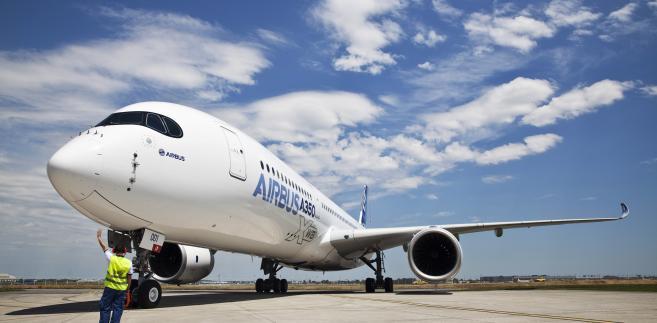 Airbus A350 ze stajni EADS po pierwszym locie w we francuskiej Tuluzie. 14. czerwca 2013.
