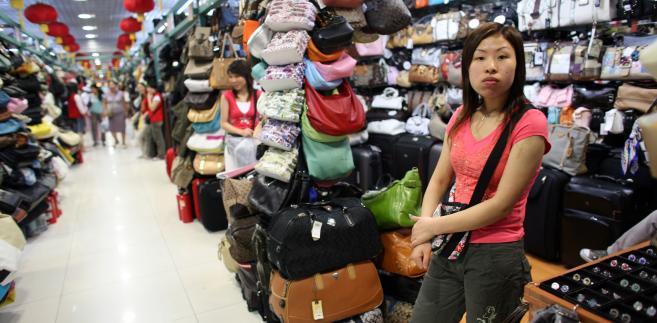 Stoisko z podrabianymi torebkami w Pekinie