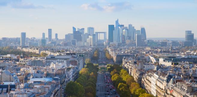 Widok na biznesową dzielnicę Paryża La Defense, Francja.