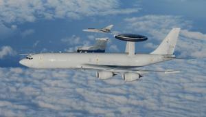 Samolot wczesnego ostrzegania Boeing E-3 Sentry AWACS należący do NATO.