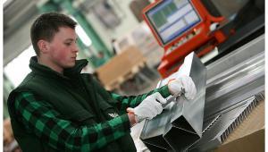 Pracownik jednej z fabryk Grupy Kęty