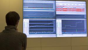 Rosja. Mężczyzna obserwuje notowania rosyjskiego wskaźnika giełdowego MICEX