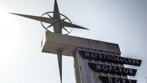 Znak, który stoi na wejściu do portu w Mariupolu, jednego z największych morskich portów handlowych. Poniedziałek, 24 marca 2014. fot. Vincent Mundy, Bloomberg