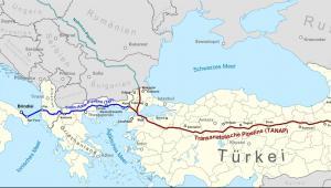 Mapa pokazuje od wschodu (od prawej): pole gazowe Shah Deniz w Azerbejdżanie, na zielono: Gazociąg Południowokaukaski (SCP), na czerwono Gazociąg Transanatolijski (TANAP), na niebiesko - Gazociąg Transadriatycki. Źródło: Map data (c) OpenStreetMap (and) contributors, CC-BY-SA.