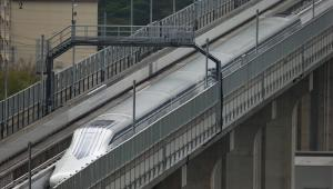 Japoński pociąg Maglev na torze doświadczalnym w prefekturze Yamanashi. 21.04.2015
