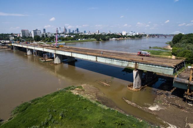 Widok z lotu ptaka na remont Mostu Łazienkowskiego, 2 bm. Po pożarze, który zniszczył przeprawę w lutym br. most jest wyłączony z ruchu. (cat) PAP/Leszek Szymański