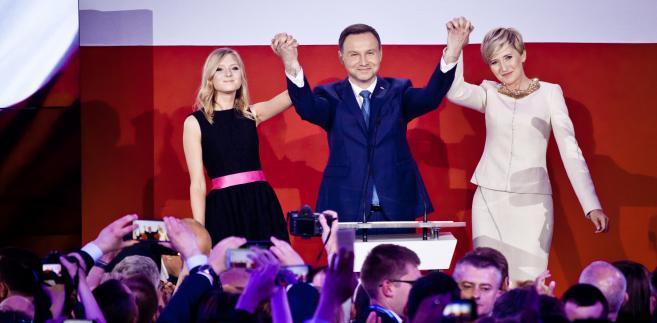 Andrzej Duda z żoną Agatą Dudą-Kornhauser i córką Kingą świętują zwycięstwo w wyborach prezydenckich. 24.05.2015