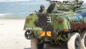 Amerykański wóz pancerny podczas desantu na poligonie fazy lądowej międzynarodowych ćwiczeń Baltops 2015