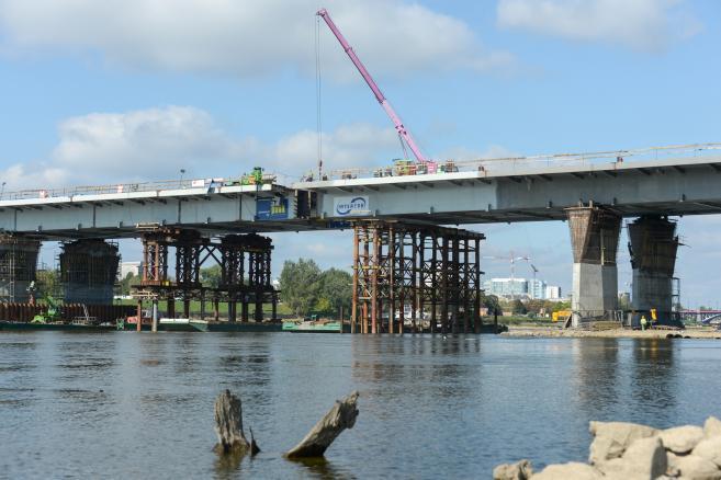 Prace przy nasuwaniu ostatniego elementu nowej konstrukcji Mostu Łazienkowskiego (obm/cat) PAP/Marcin Obara