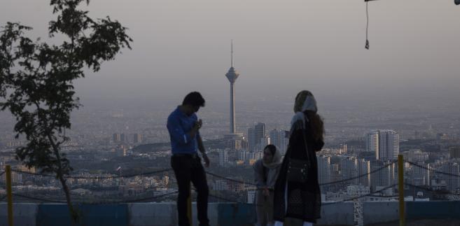 Młodzi Irańczycy na tle Milad Tower, wieży górującej nad Teheranem. Widok ze wzgórza Tochal, 25.08.2015