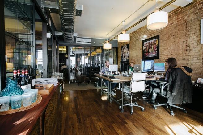 Przykład przestrzeni coworkingowej oferowanej przez wework.com w Nowym Jorku. Cena miejsca do pracy od 600 USD miesięcznie.