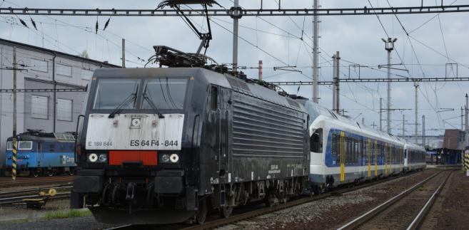 Flirt ciagnięty przez lokomotywę EU45 leasingowaną przez PKP Cargo w drodze na Węgry Fot. Václav Vyskočil