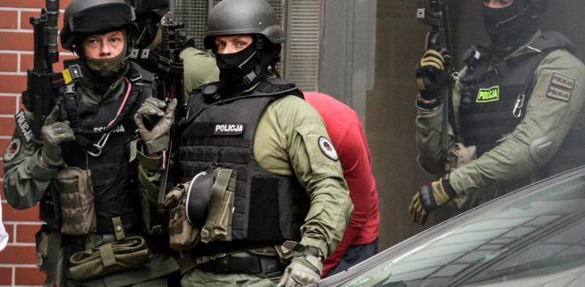 Paweł R. (w czerwonej bluzie) zatrzymany ws. podłożenia ładunku wybuchowego we wrocławskim autobusie opuszcza po przesłuchaniu wydział zamiejscowy Prokuratury Krajowej we Wrocławiu