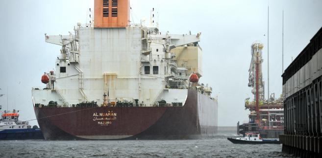 """Świnoujście, 17.06.2016. Pierwszy statek z komercyjnymi dostawami skroplonego gazu ziemnego wpłynął do terminala LNG w Świnoujściu, 17 bm. Jednostka nie mogła wcześniej wpłynąć do portu przez niski stan wody i silny wiatr. Wyczarterowany przez dostawcę, katarska firmę Qatargas Operating Company Limited, statek typu Q-flex """"Al-Nuaman"""" dostarczy 210 tys. m sześc. skroplonego gazu. To jedna z największych jednostek, jakie wpływają do Świnoujścia - ma 315 m długości, 50 m szerokości i zanurzenie na poziomie 12,5 metra. (zuz) PAP/Marcin Bielecki"""