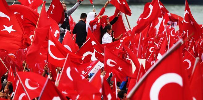Tysiące zwolenników tureckiego prezydenta Recepa Erdogana zebrały się w niedzielę w Kolonii na demonstracji poparcia dla władz Turcji