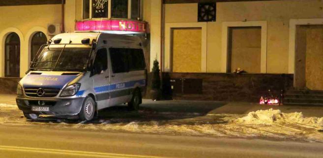 Policyjny radiowóz przed budynkiem, w którym znajdował się bar Prince Kebab PAP Tomasz Waszczuk