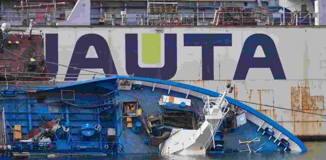 Statek, który przechylił się w suchym doku w Gdyni PAP Adam Warżawa