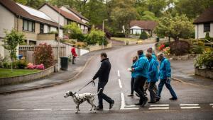 Douglas Ross, polityk z Partii Konserwatywnej wraz z grupą aktywistów i psem w czasie kampanii wyborczej w Forres, 15.05.2017