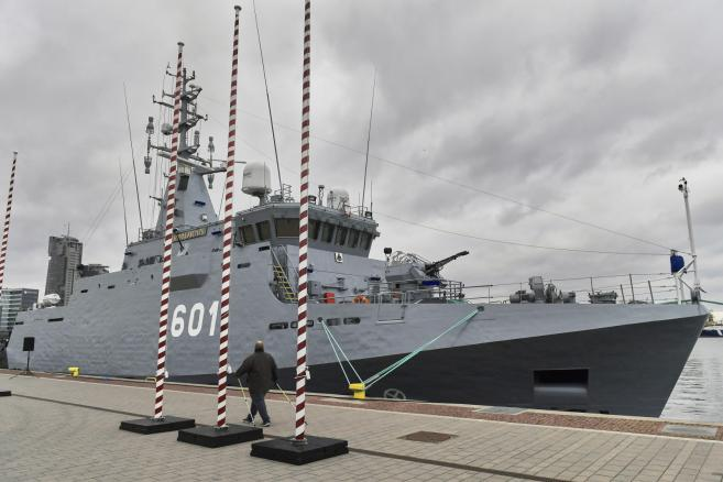 """Nowy okręt, niszczyciel min ORP """"Kormoran"""", zacumowany przy Skwerze Kościuszki w Gdyni"""