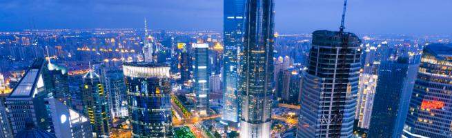 Widok z lotu ptaka na Szanghaj. Szanghajską aglomerację zamieszkuje ok. 18,4 mln. ludzi. Fot. Shutterstock.
