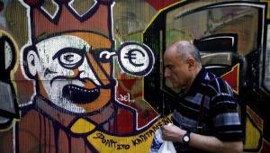 Graffiti związane z kryzysem strefy euro na jednej z ateńskich ulic, Grecja.