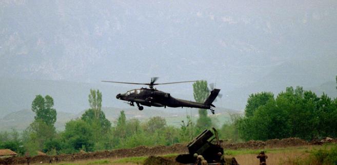 Albania żołnierz Armii Stanów Zjednoczonych ogląda przybycie sześciu śmigłowców Apache US Army na kontrolowanym przez NATO lotnisku pod  stolicą Albanii Tiraną, 21 kwietnia 1999 roku.