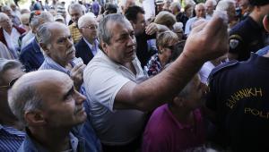 Emeryci zgromadzeni przed Narodowym Bankiem Grecji