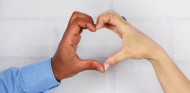 Dłonie złożone w serce