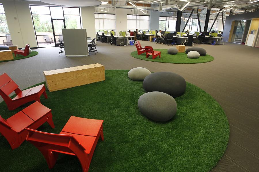 Sztuczna trawa i kamienie w biurze Skype Technologies w Palo Alto.