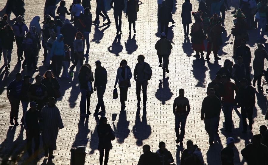 Tłum na ulicy, zdjęcie ilustracyjne.