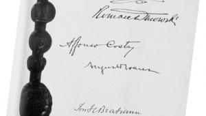 Karta traktatu wersalskiego z podpisami Ignacego Paderewskiego i Romana Dmowskiego fot. mat. prasowe
