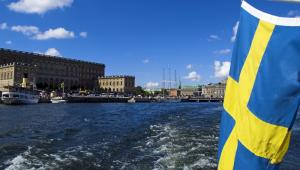 Flaga szwedzka na statku. fot. rubikot/Shutterstock