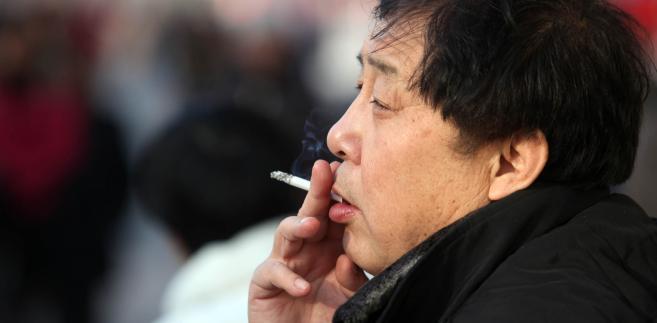 Mieszkaniec Pekinu z papierosem, fot. Doug Kanter