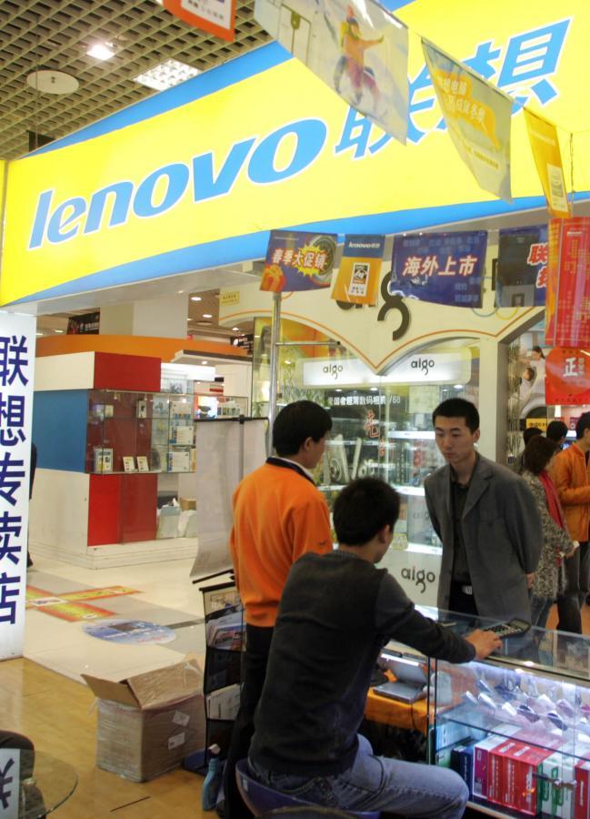 Stoisko z komputerami firmy Lenovo, fot. Bloomberg