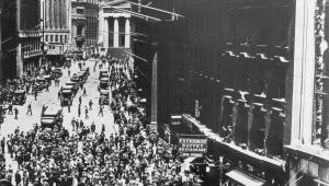 Nowy Jork około 1920 roku, w tle - budynek nowojorskiej giełdy.