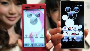 Smartfony Disney Mobile of DoCoMo: I F-08D Fujitsu, (po lewej) i P-05D Panasonic