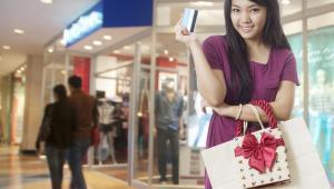 Młoda Chinka na zakupach