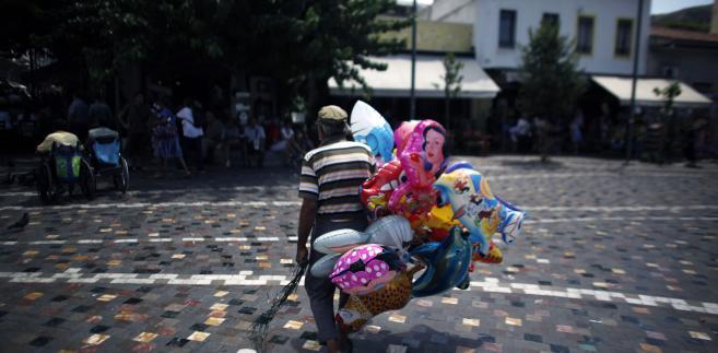 Uliczny sprzedawca balonów w Grecji